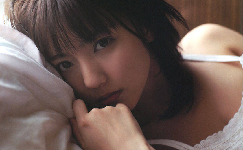 Sizzling Previews of Mano Erina's New Photobook