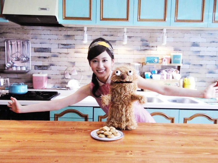 Atsuko Maeda channels 1950s mom in new cookie CM