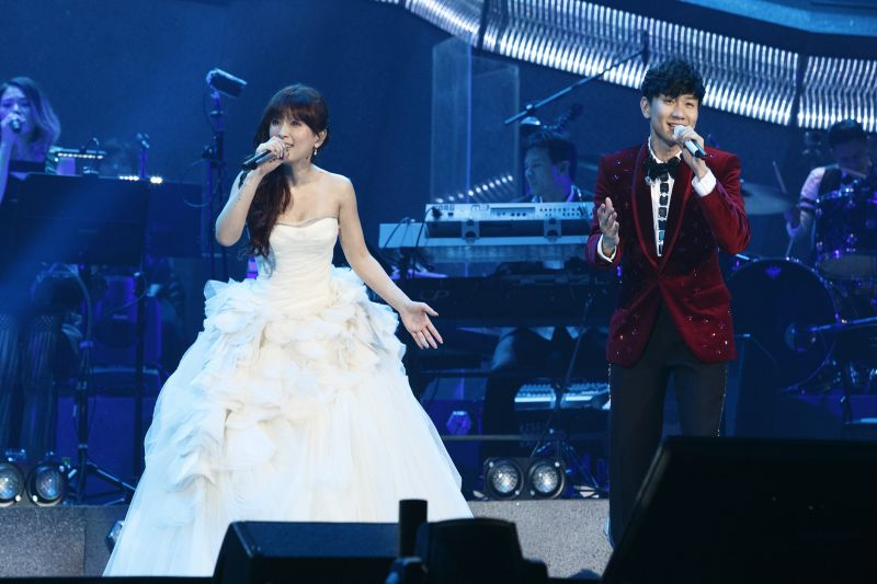 Ayumi Hamasaki Makes an Appearance at New Collaborator JJ Lin's Taipei Concert