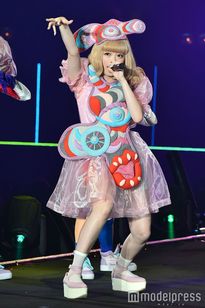 Kyary performs at TGC 2016 S:S 02