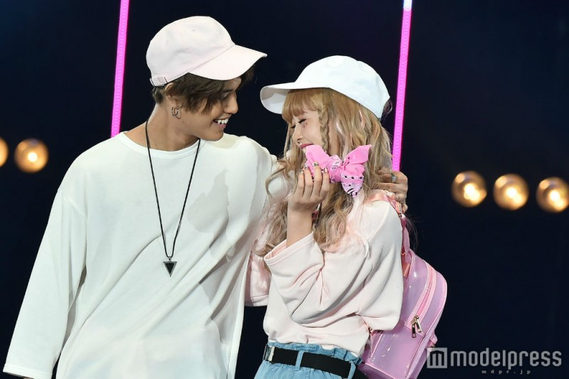 Nicorun seriously bashful during lovey-dovey runway walk with Batoshin