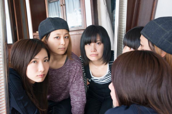 """tricot Walks Around Europe in """"Setsuyakuka"""" PV"""