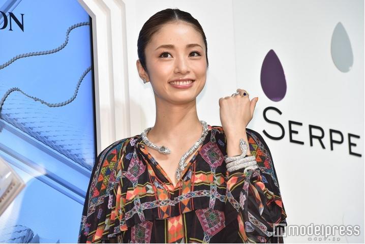 Aya Ueto wears 200 million yen worth of jewelry to Boucheron event