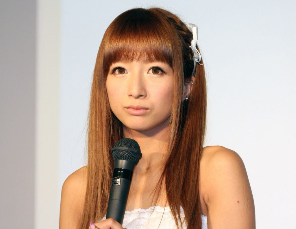 Nozomi Tsuji criticized over how she eats strawberries
