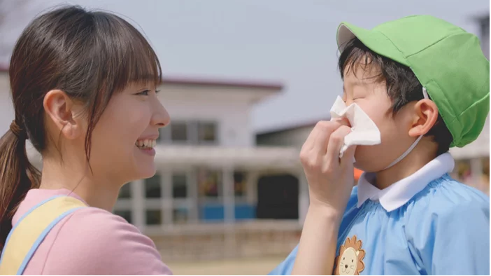 Yui Aragaki becomes a kindergarten teacher in adorable CM for Kleenex
