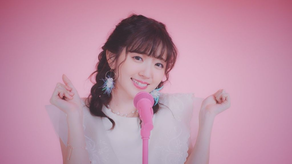 "Airi Suzuki releases debut studio album ""Do me a favor"" worldwide, shares new MV for ""To the light"""