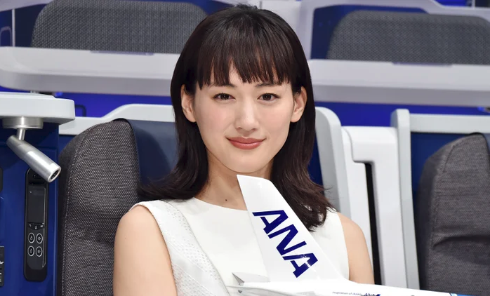 "Haruka Ayase promotes new ""Flying Honu"" ANA plane offering flights from Japan to Hawaii"