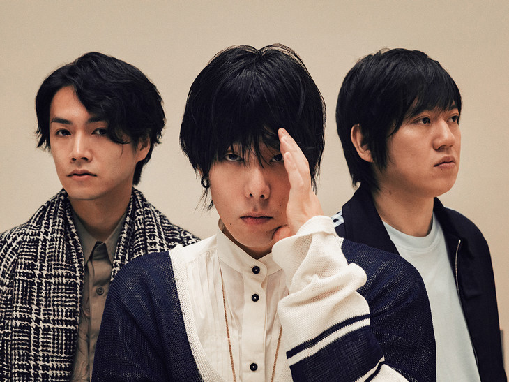 "RADWIMPS' Yojiro Noda duets with Aimyon in their PV for ""Nakidashisou da yo"""