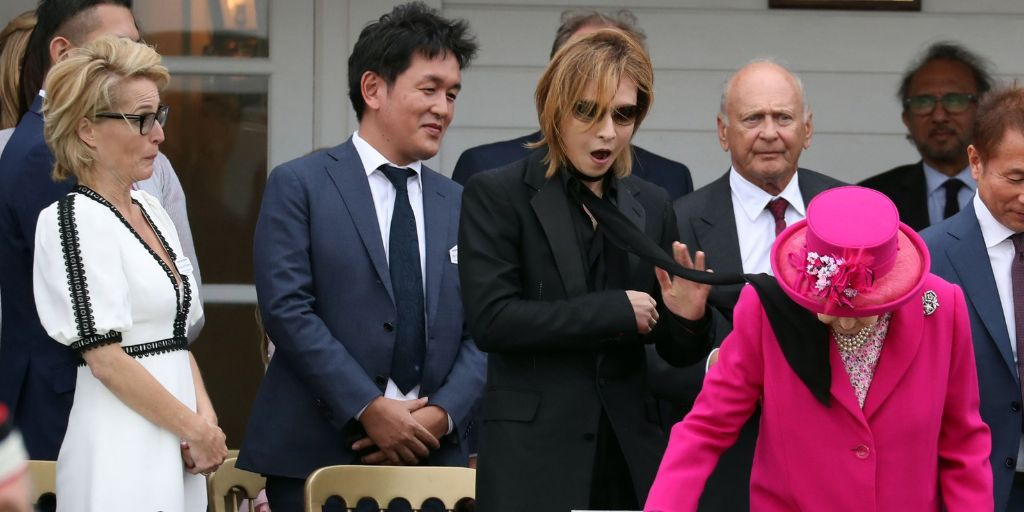 Yoshiki apologizes for his scarf landing on Queen Elizabeth's shoulder
